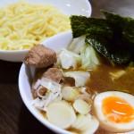 『マルちゃん正麺 つけ麺 豚骨醤油』のパッケージを忠実に再現して食す。麺が美味すぎる