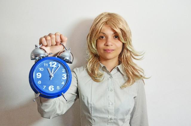 時計を持つ外人女性