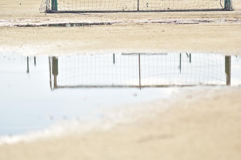 水溜りに映るサッカーゴール
