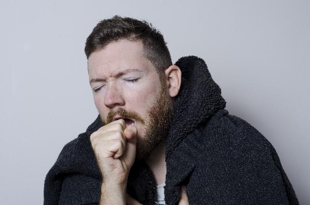 咳きこむ外人男性