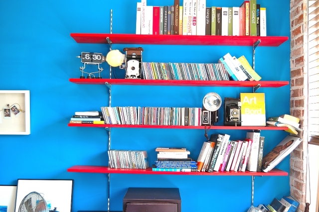 青い壁にある CDラック