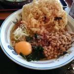 山田スペシャルラーメンを食す。かき揚げ、納豆、生卵、ワカメ、ネギ、鰹節のコスモを感じろ