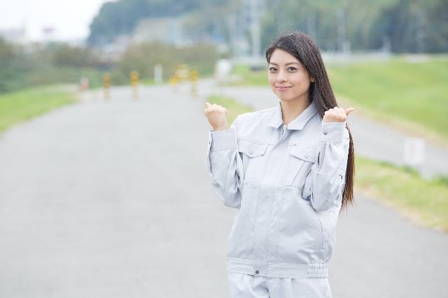 作業着で頑張る女性