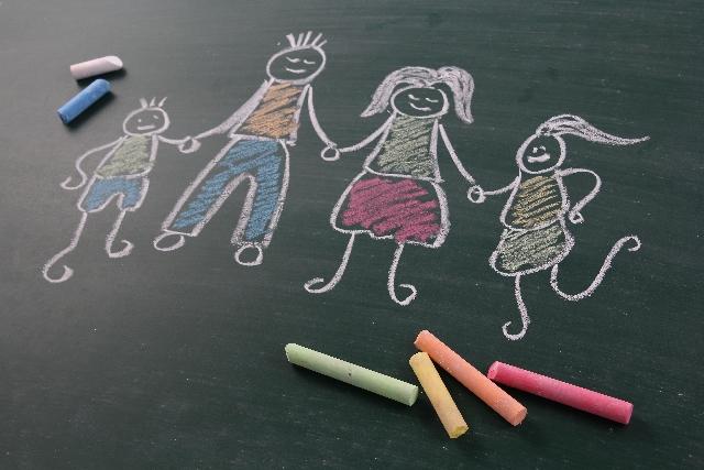 チョークで書かれた家族の絵