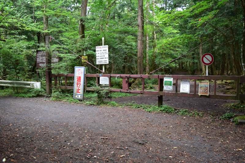 富士風穴 通行止めゲート
