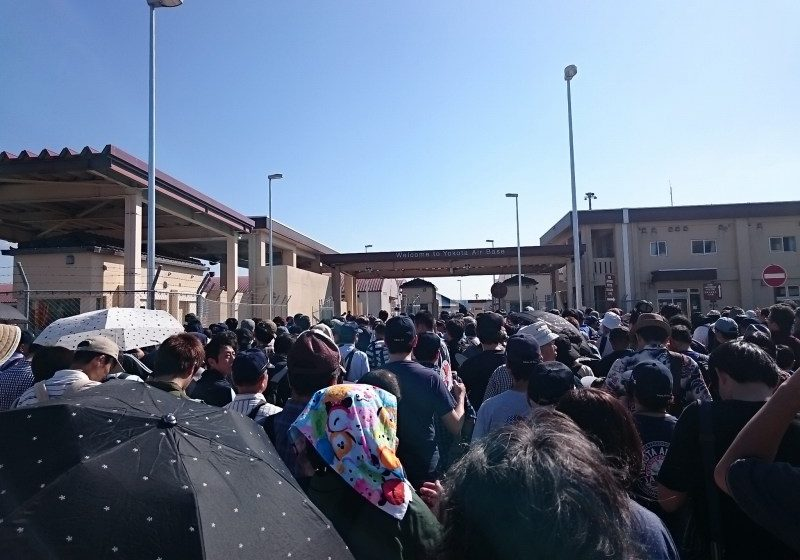 横田基地日米友好祭 オープン前のゲート