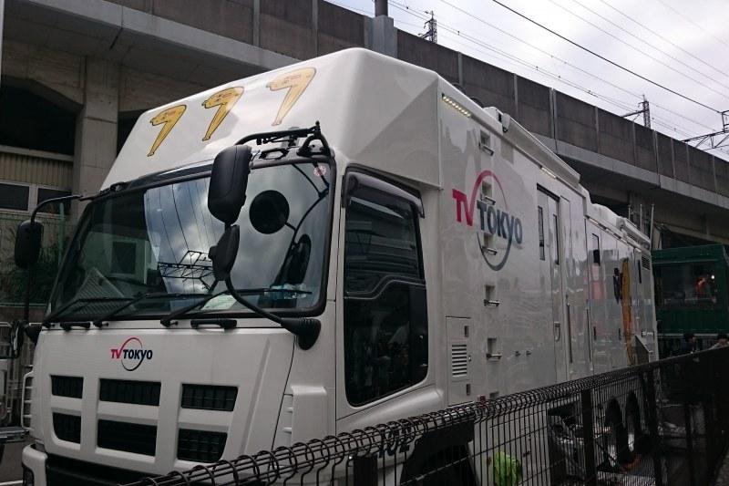 テレビ東京のキャラ ナナナの報道車