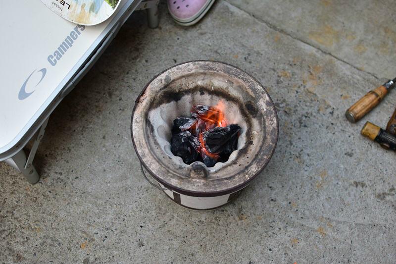 七輪の炭をおこす