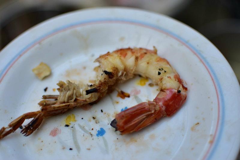 焼き上がったアルゼンチン赤エビを食べる