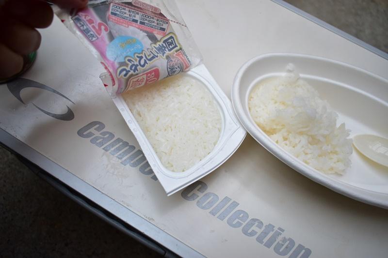 レトルトご飯を盛り付ける