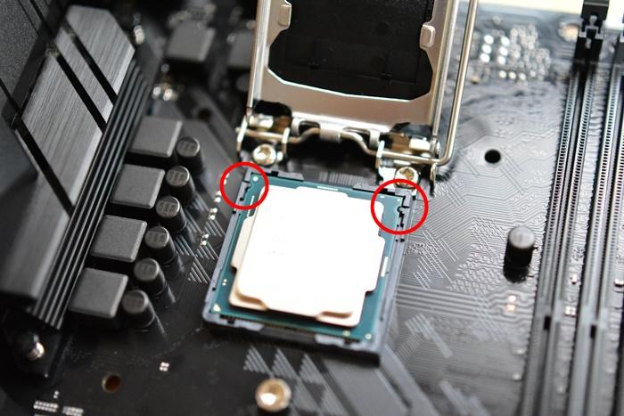 ソケットに載せたIntel CPU
