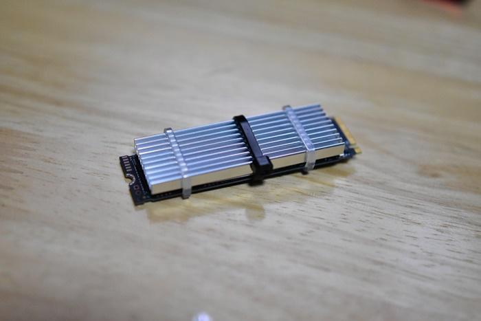 SSD用アルミヒートシンクの為のシリコンラバーを装着